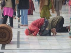 Amritsar, Golden Temple, people praying 1
